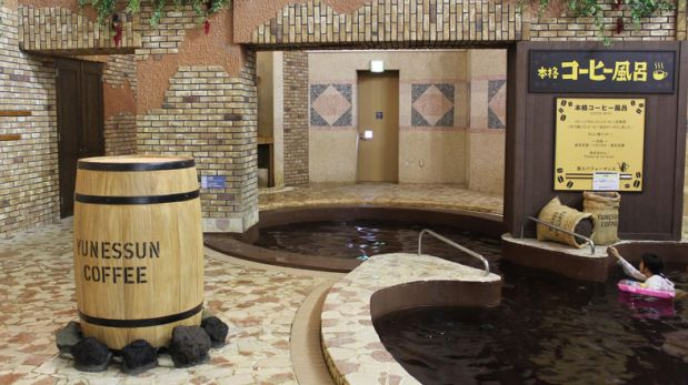 Atrévete a bañarte en este spa de vino tinto y café en Japón