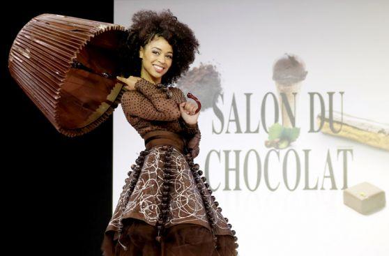 7de836827 Vestidos de chocolate protagonizan inusual desfile de modas