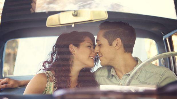 Las ventajas y desventajas de besar a tu pareja en un auto