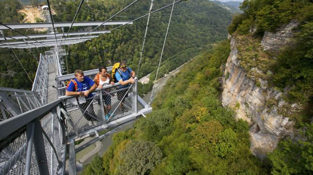Vive la aventura de saltar de este puente colgante en Rusia