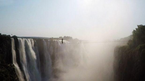 Cataratas Victoria: Artistas la cruzan sobre una cuerda floja