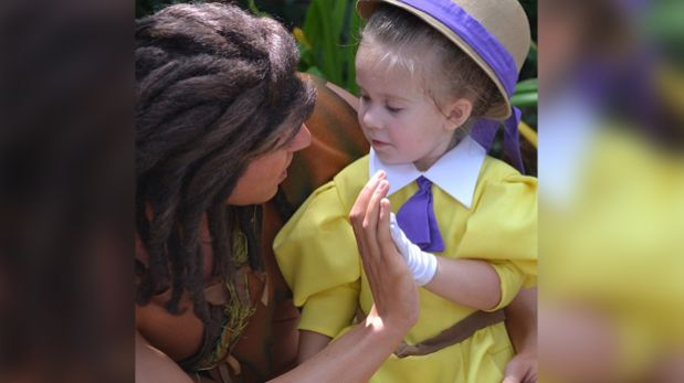 Una mamá crea un disfraz diario a su hija para visitar Disney