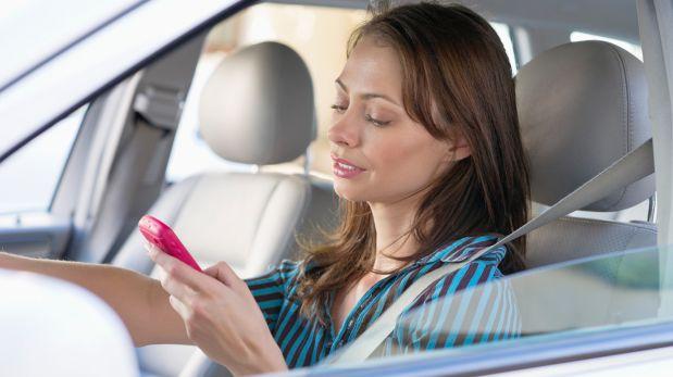 ¿Manejas y mandas mensajes de texto? Evítalo con estos tips