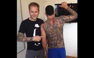 Carlos Tevez cubrió con impresionante tatuaje toda su espalda