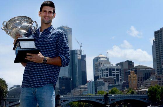 Novak Djokovic posó con trofeo y se divirtió en sesión de fotos