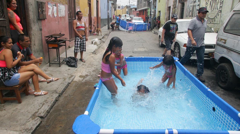 Las Piscinas Y El Primer Domingo De Carnavales En Lima