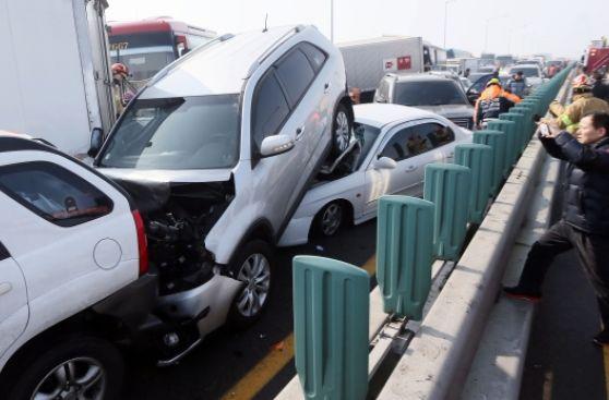 Impresionante choque de 105 vehículos en Corea del Sur [VIDEO]