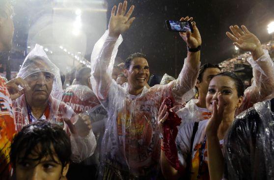 Rafael Nadal desfiló bajo intensa lluvia en carnaval de Río