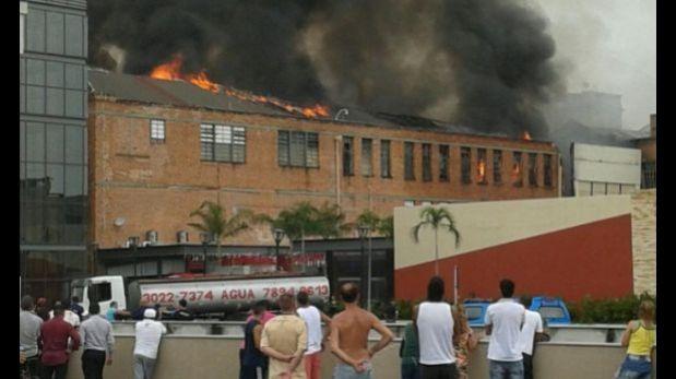 Brasil: incendio consume centro comercial en Río de Janeiro