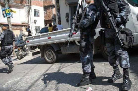 """Vi a mi hija caer"": las balas perdidas horrorizan a Río"