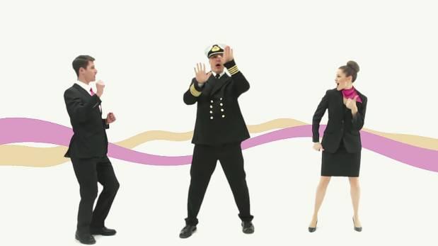 Esta tripulación rapea las instrucciones de seguridad en barco