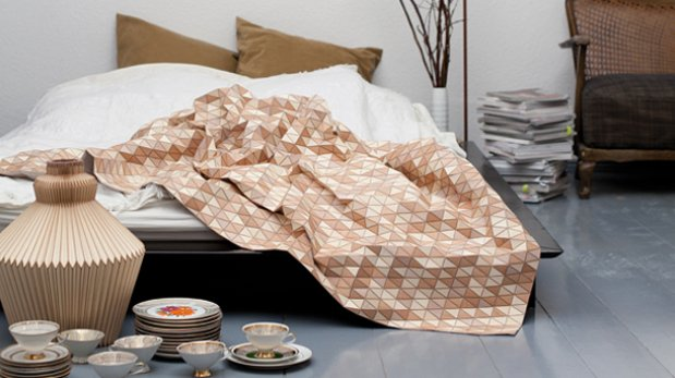 Duerme rodeado de madera tapándote del frío con esta manta