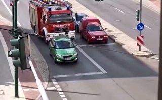 YouTube: Conductor no le cede el paso a camión de bomberos