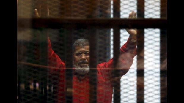 Mursi compareció ante jurado con atuendo de condenado a muerte