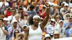 Serena Williams venció a su hermana Venus y avanzó en Wimbledon