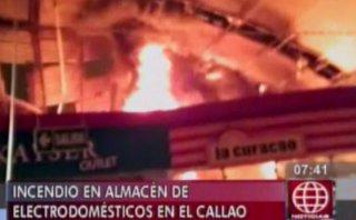 Incendio destruyó almacén de tienda La Curacao en el Callao