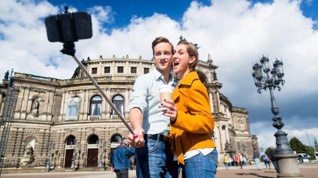 Entérate cuáles atracciones en el mundo aceptan el selfie stick