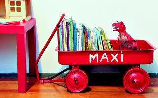 Convierte una carretilla en un colorido librero