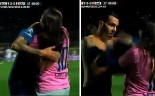 Tevez regaló su camiseta a chica que invadió la cancha (VIDEO)