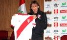 Selección peruana: Ricardo Gareca posó con la nueva camiseta