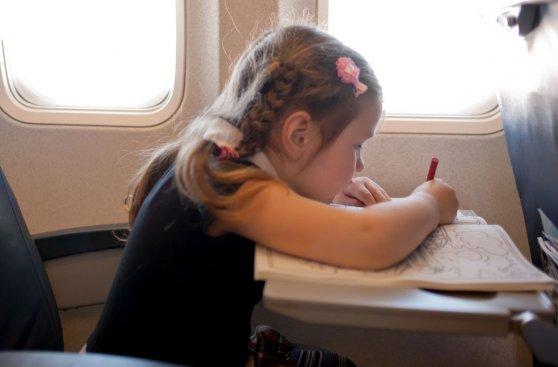 Viajar con niños en un avión ¿Cómo hacerlo llevadero?