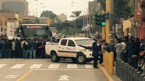 Metropolitano: camioneta de Pro Transporte y auto chocaron
