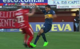 Tevez fracturó tobillo a rival con terrible planchazo [VIDEO]