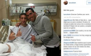 Carlos Tevez visitó a jugador al que le fracturó el tobillo