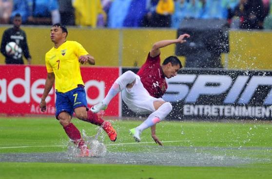 Ecuador vs. Bolivia se enfrentan en un aguacero (FOTOS)