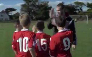 Gareth Bale y el gol que sorprendió a niños de su país [VIDEO]