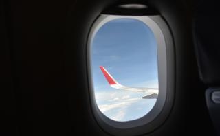 ¿Para qué sirve el agujero en la ventana del avión?