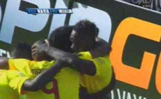 Felipe Caicedo de Ecuador anotó este gol a Uruguay en Quito