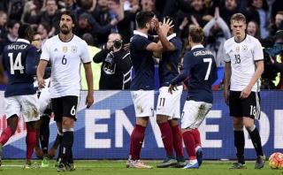 Francia venció a Alemania en París en medio de explosiones