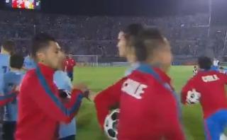Uruguay vs. Chile: Edinson Cavani se saludó con Gonzalo Jara