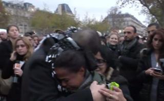 Musulmán pidió abrazos en plaza de París y esto sucedió [VIDEO]
