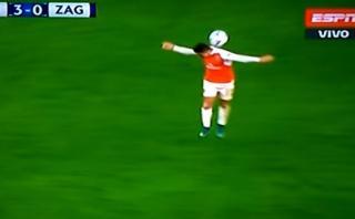 Alexis Sánchez y la insólita forma de parar el balón [VIDEO]