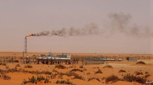 Arabia Saudita estudia vender acciones de petrolera estatal