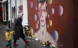 David Bowie: fans dejan flores en mural del barrio donde nació