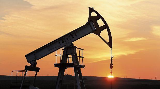 """El mercado de petróleo se """"ahoga"""" por los excedentes"""