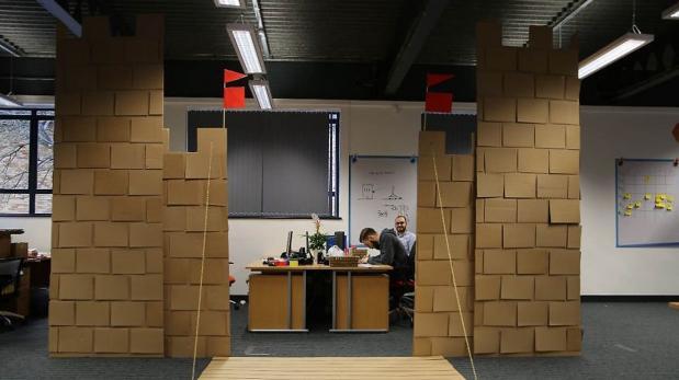 Un castillo de cartón se instaló en medio de esta oficina