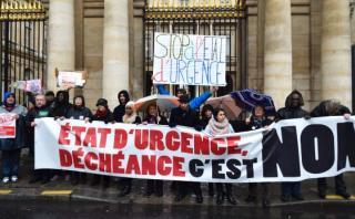 Miles se manifestaron en Francia contra el estado de emergencia