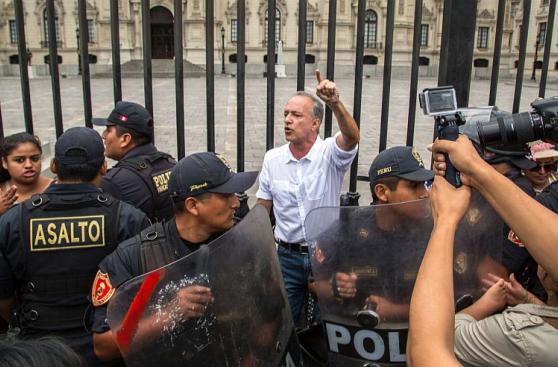 Nano Guerra se encadenó a Plaza de Armas por fallo sobre Guzmán