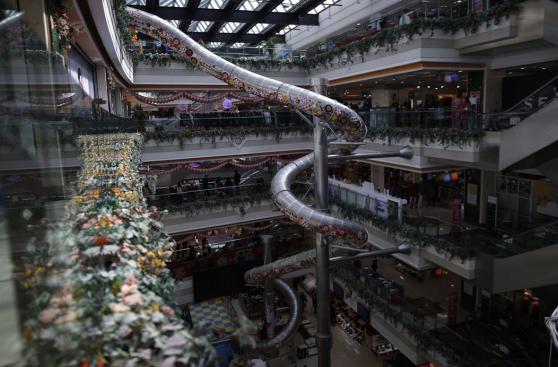 Este centro comercial tiene un tobogán para ir al primer piso