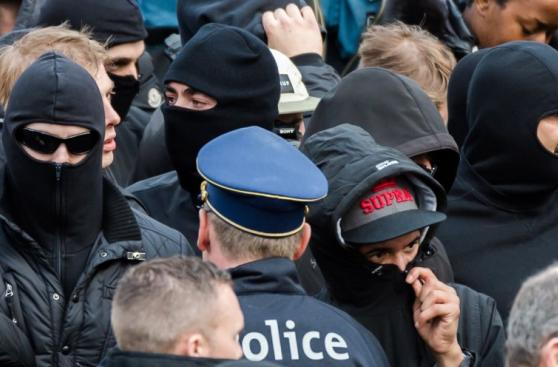 Policía de Bélgica choca con hooligans en Bruselas [FOTOS]