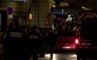 Francia: Evacúan campamento de inmigrantes en París [VIDEO]