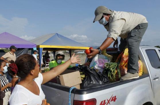 Damnificados reciben ayuda tras terremoto en Ecuador