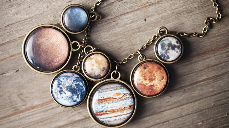 Eleva tu estilo a nivel espacial con estas joyas