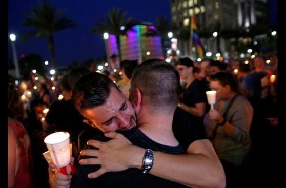 Velas, lágrimas y canto en la vigilia por víctimas de Orlando