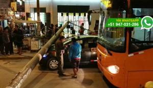 Poste se desplomó y aplastó auto en Independencia [FOTOS]