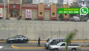 Policía 'ayudó' a hombre abordar taxi colectivo en Vía Expresa
